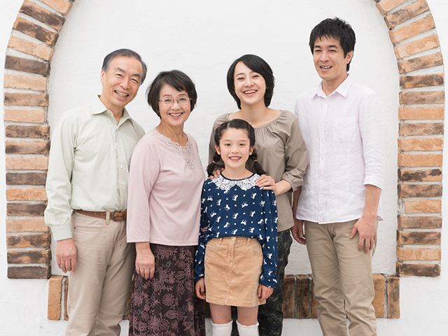 左からお爺ちゃん、お祖母ちゃん、お母さん、お父さんと最前列に娘の笑顔集合写真