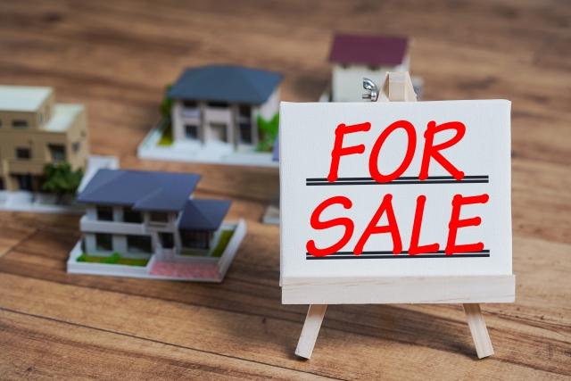 売却の看板と住宅模型