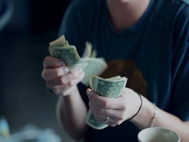 紙幣を数えている